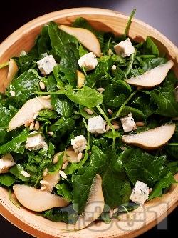 Салата със спанак, рукола, синьо сирене и круша, поръсена с кедрови ядки - снимка на рецептата